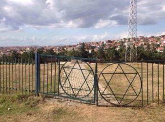 Hyrja në varrezë hebreje Tokbashqe në Prishtinë. Foto kortezi e Ines Demirit.